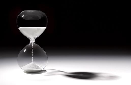 透明「Hourglass time with sand running through」:スマホ壁紙(16)
