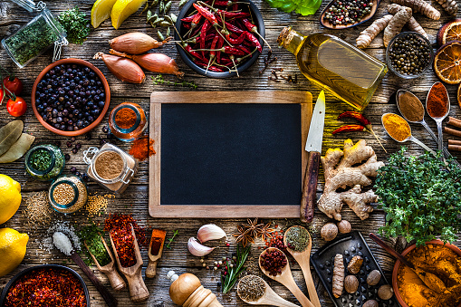 Recipe「Spices and herbs frame shot from above on rustic wooden table」:スマホ壁紙(0)