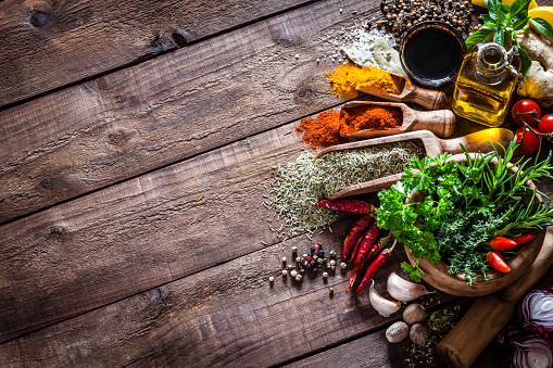 Spice「Spices and herbs on wooden kitchen table」:スマホ壁紙(3)