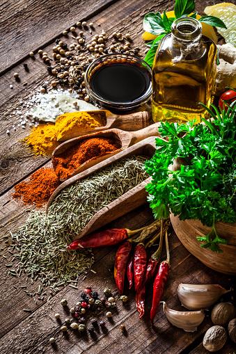 野菜「スパイスやハーブを、木製キッチンテーブル」:スマホ壁紙(13)