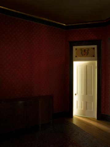 Mystery「Darkened room with light coming in through door」:スマホ壁紙(11)
