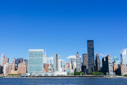 海外旅行「Midtown Manhattan skyline with United Nations. New York City.」:スマホ壁紙(14)