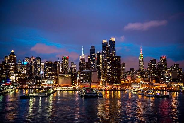 Midtown Manhattan skyline during Christmas time - I:スマホ壁紙(壁紙.com)