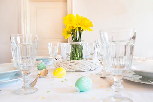 水仙「Laid Easter table with bunch of daffodils」:スマホ壁紙(15)