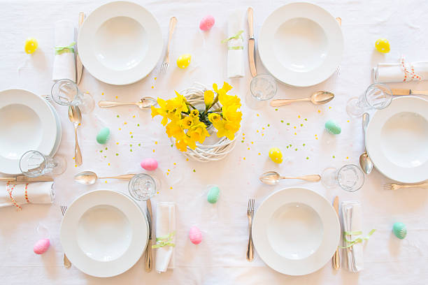 Laid Easter table with bunch of daffodils:スマホ壁紙(壁紙.com)