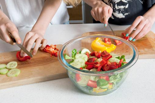 クローズアップ「cutting vegetables in kitchen for salad」:スマホ壁紙(4)