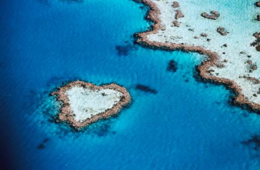 Island「Aerial of heart-shaped reef, Hardy Reef, near Whitsunday Islands, Great Barrier Reef, Queensland, Australia, Australasia」:スマホ壁紙(9)