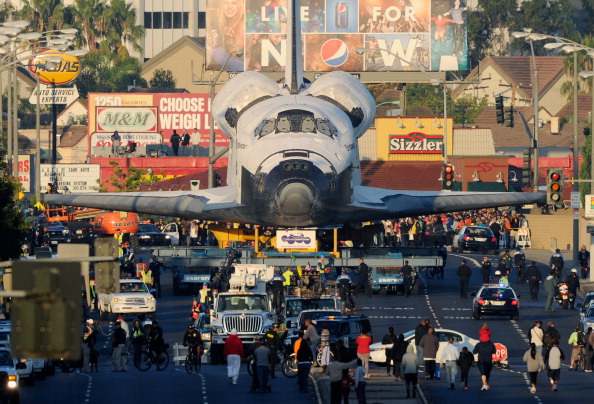 Space Shuttle Endeavor「Space Shuttle Endeavour Makes 2-Day Trip Through LA Streets To Its Final Destination」:写真・画像(2)[壁紙.com]