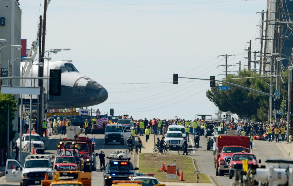 Space Shuttle Endeavor「Space Shuttle Endeavour Makes 2-Day Trip Through LA Streets To Its Final Destination」:写真・画像(18)[壁紙.com]