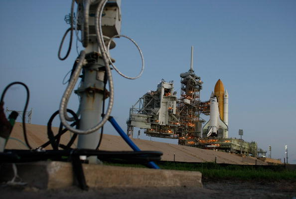 Space Shuttle Endeavor「Space Shuttle Endeavour Rolls Out To Launch Pad Ahead Of Nov. Mission」:写真・画像(17)[壁紙.com]