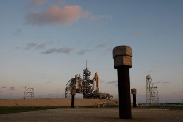 Space Shuttle Endeavor「Space Shuttle Endeavour Rolls Out To Launch Pad Ahead Of Nov. Mission」:写真・画像(11)[壁紙.com]