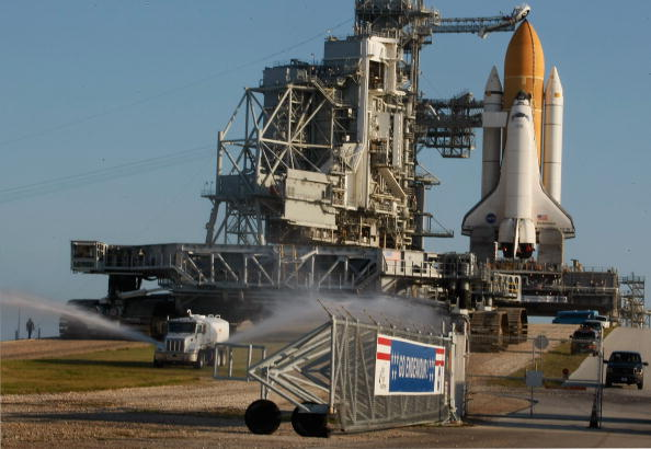 Space Shuttle Endeavor「Space Shuttle Endeavour Rolls Out To Launch Pad Ahead Of Nov. Mission」:写真・画像(18)[壁紙.com]