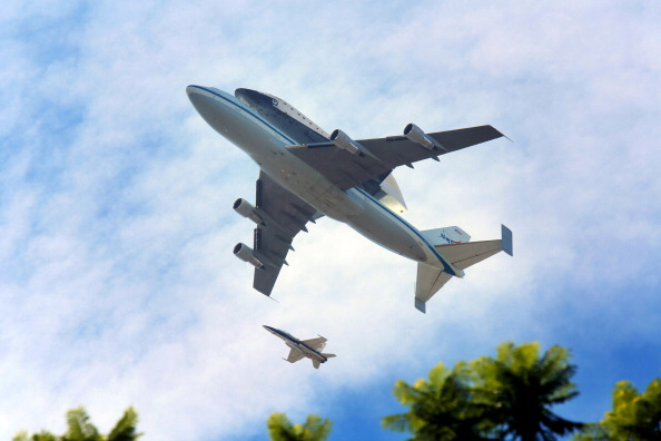 Space Shuttle Endeavor「Space Shuttle Endeavour Arrives In L.A. Atop Transport Plane」:写真・画像(13)[壁紙.com]