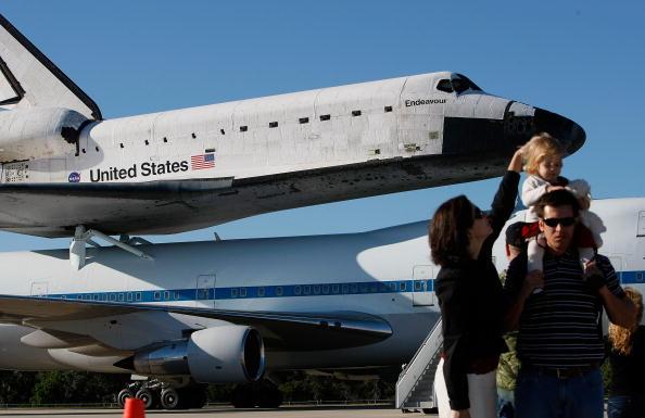 Space Shuttle Endeavor「Space Shuttle Endeavour Returns To Cape Canaveral Atop Plane」:写真・画像(11)[壁紙.com]