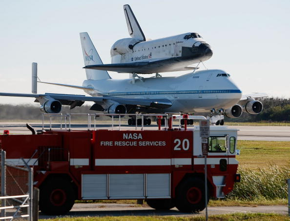 Space Shuttle Endeavor「Space Shuttle Endeavour Returns To Cape Canaveral Atop Plane」:写真・画像(2)[壁紙.com]