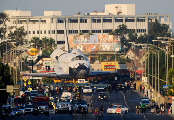 LAX Airport「Space Shuttle Endeavour Makes 2-Day Trip Through LA Streets To Its Final Destination」:写真・画像(6)[壁紙.com]