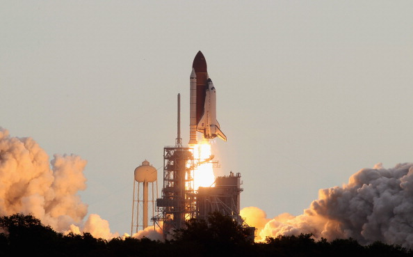 Space Shuttle Endeavor「Space Shuttle Endeavour Launches Under Command Of Astronaut Mark Kelly」:写真・画像(7)[壁紙.com]