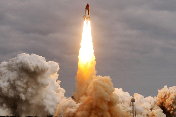 Space Shuttle Endeavor「Space Shuttle Endeavour Launches Under Command Of Astronaut Mark Kelly」:写真・画像(10)[壁紙.com]