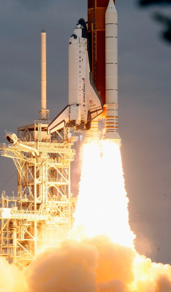 Space Shuttle Endeavor「Space Shuttle Endeavour Launches Under Command Of Astronaut Mark Kelly」:写真・画像(2)[壁紙.com]