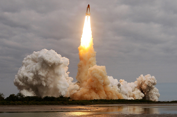 Space Shuttle Endeavor「Space Shuttle Endeavour Launches Under Command Of Astronaut Mark Kelly」:写真・画像(14)[壁紙.com]