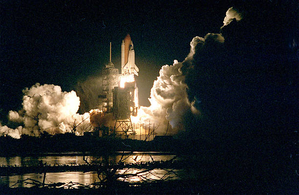 The Space Shuttle Endeavour lights up the night sky:ニュース(壁紙.com)