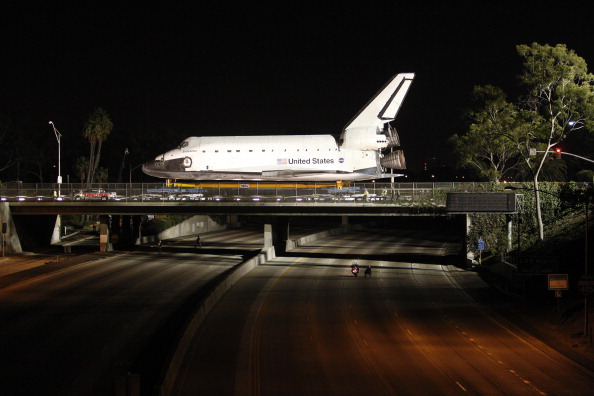 LAX Airport「Space Shuttle Endeavour Makes 2-Day Trip Through LA Streets To Its Final Destination」:写真・画像(3)[壁紙.com]