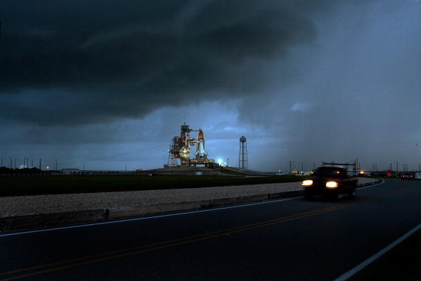 Space Shuttle Endeavor「NASA Prepares For Launch Of Space Shuttle Discovery」:写真・画像(1)[壁紙.com]