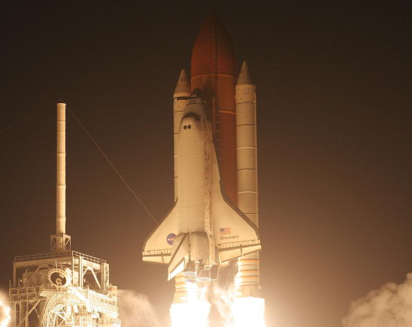 Eliot J「Space Shuttle Discovery Blasts Off For International Space Station」:写真・画像(6)[壁紙.com]