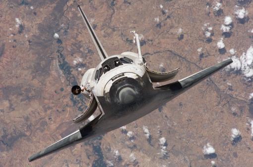 宇宙航空機「The Space Shuttle Discovery approaches the International Space Station for docking」:スマホ壁紙(12)