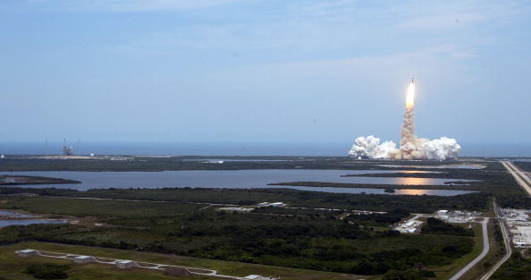 Hubble Space Telescope「Space Shuttle Atlantis Blasts Off To Repair Hubble Space Telescope」:写真・画像(5)[壁紙.com]