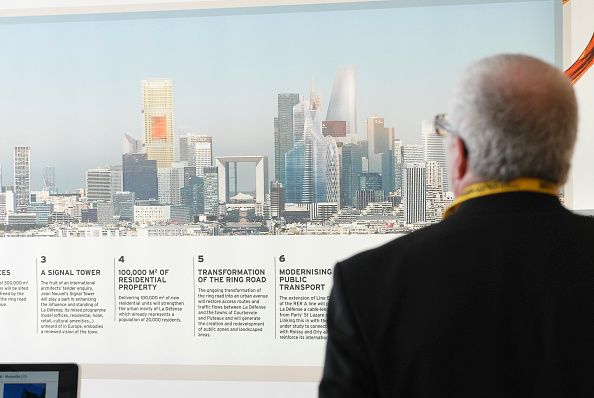 Finance and Economy「France, Cannes 10th March 2009 MIPIM, the world's biggest property fair Investor looks at an image of La Defense, Paris」:写真・画像(1)[壁紙.com]
