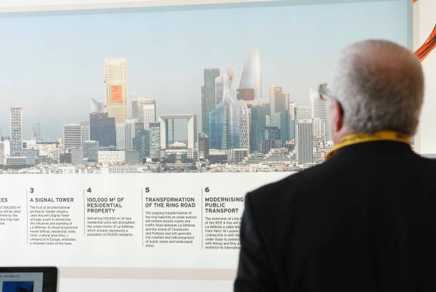 France, Cannes 10th March 2009 MIPIM, the world's biggest property fair Investor looks at an image of La Defense, Paris:ニュース(壁紙.com)