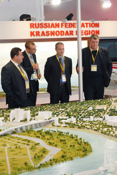 France, Cannes 10th March 2009 MIPIM, the world's biggest property fair Investors survey a model of Krasnoder region, Russia:ニュース(壁紙.com)