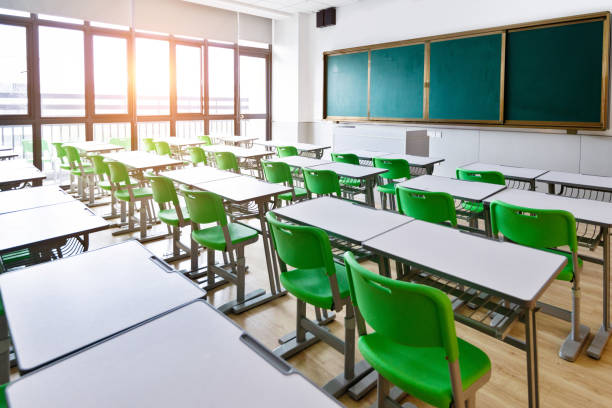 Empty classroom with desks and chairs:スマホ壁紙(壁紙.com)