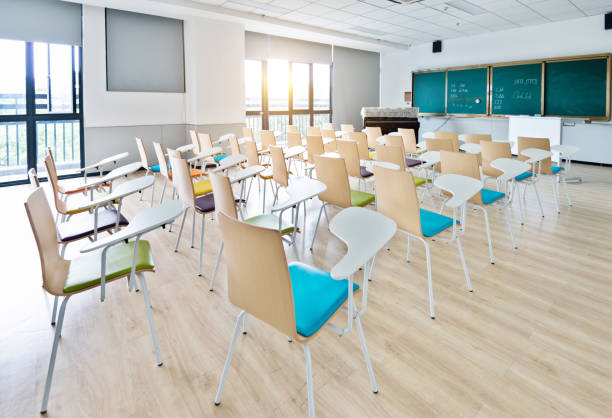 Empty classroom with desks and chairs for music lessons:スマホ壁紙(壁紙.com)