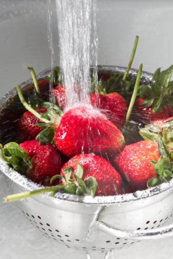 Spraying「Strawberries Washing in Sink」:スマホ壁紙(9)