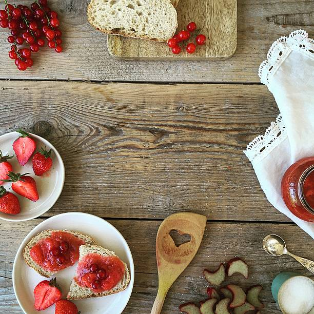Strawberries, redcurrants, bread and jam:スマホ壁紙(壁紙.com)