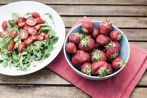 野菜・フルーツ「木製のテーブルの aragula サラダ ボウルにイチゴ」:スマホ壁紙(4)
