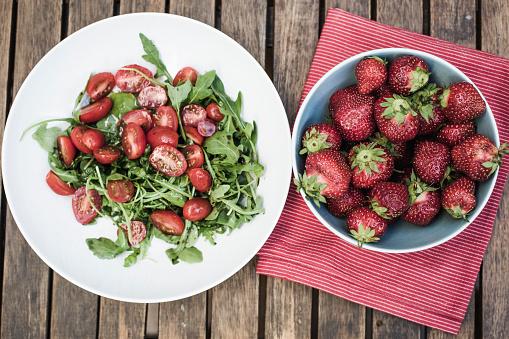 野菜・フルーツ「木製のテーブルの aragula サラダ ボウルにイチゴ」:スマホ壁紙(3)