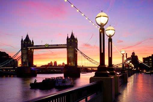 London Bridge - England「Tower Bridge and South Bank illuminated at sunrise, London, England, Great Britain」:スマホ壁紙(15)