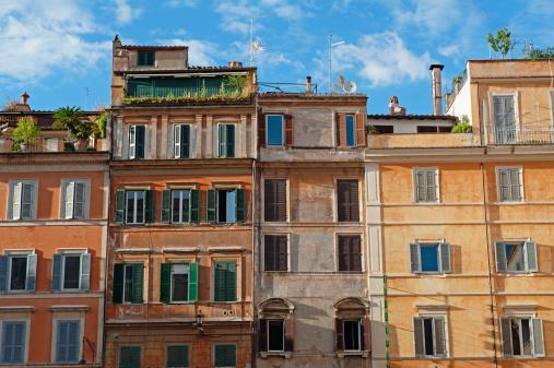 Row House「Colourful buildings in Piazza di Santa Maria, Rome」:スマホ壁紙(7)