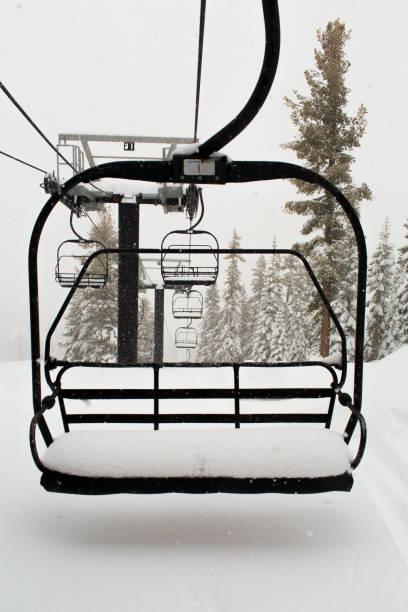 Empty ski lift on snowy mountainside:スマホ壁紙(壁紙.com)