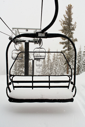 Ski Lift「Empty ski lift on snowy mountainside」:スマホ壁紙(1)
