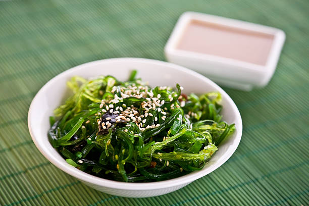 A bowl of Wakame seaweed salad:スマホ壁紙(壁紙.com)