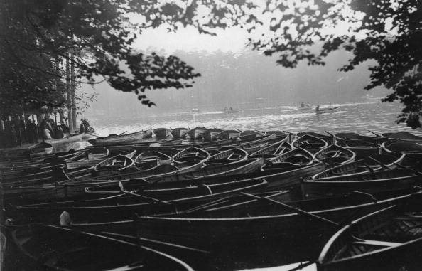 Rowboat「Rowboats On The Lake In The Bois De Boulogne. About 1930. Photograph.」:写真・画像(13)[壁紙.com]