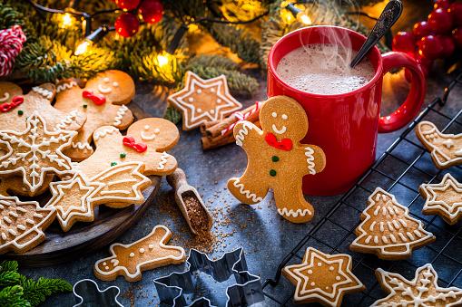 Gingerbread Cookie「Homemade hot chocolate mug and Christmas cookies on Christmas table」:スマホ壁紙(8)