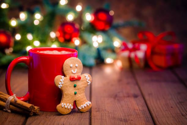Homemade hot chocolate mug and gingerbread cookie on Christmas table:スマホ壁紙(壁紙.com)