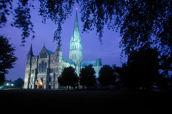Salisbury Cathedral「Salisbury Cathedral at night. Salisbury, United Kingdom.」:写真・画像(8)[壁紙.com]