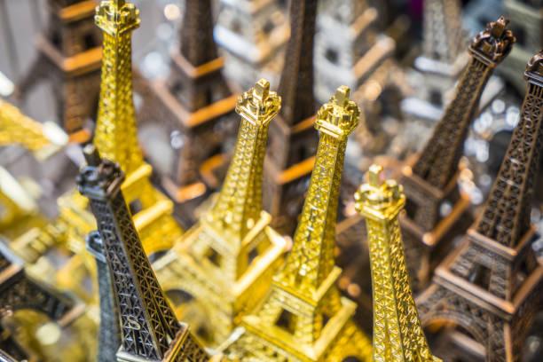 Souvenir Eiffel Towers:スマホ壁紙(壁紙.com)