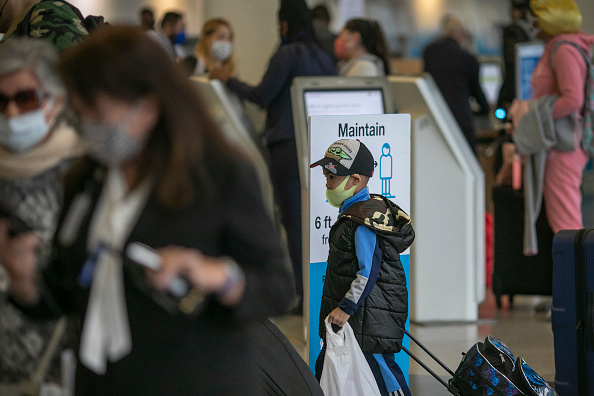 LAX Airport「Nation's Airports Brace For Thanksgiving Travel, As CDC Recommends Not To Travel Amid Coronavirus Pandemic」:写真・画像(19)[壁紙.com]